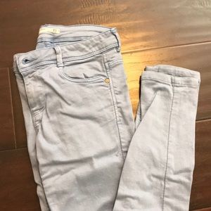 Cute and comfy light blue skinny jeans from Zara